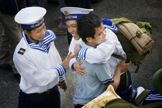 Tác phẩm đạt giải Ba: Chiến sĩ vùng 4 hải quân tạm biệt đất liền đi làm nhiệm vụ ngoài đảo xa.