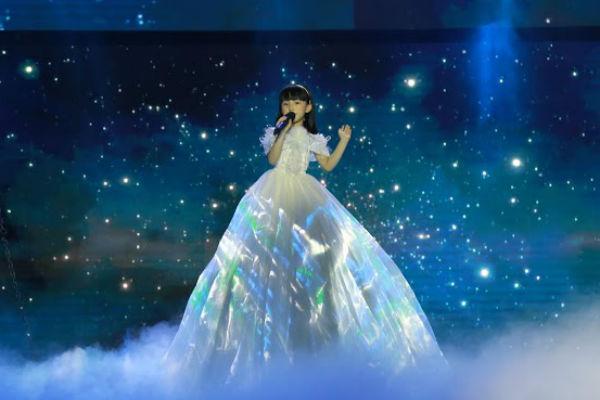 Thùy Dương với chiếc váy đẹp mắt lấp lánh.