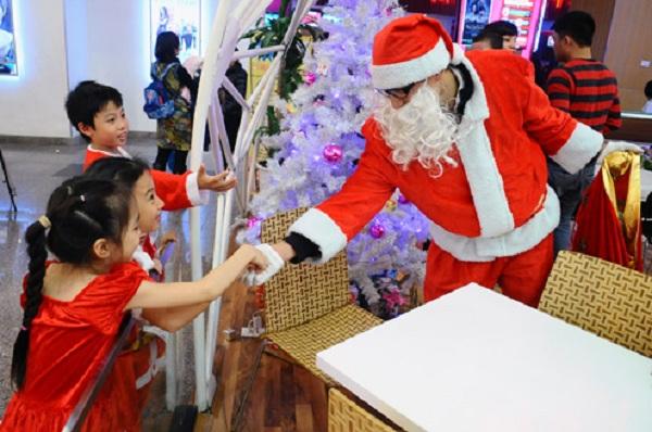 Ông già Noel sẽ phát quà miễn phí cho các bé vào ngày Noel