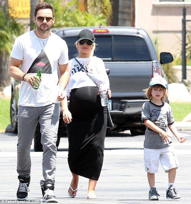 Matt Rutler và con trai ở bên Christina Aguilera trong thời gian mang bầu.