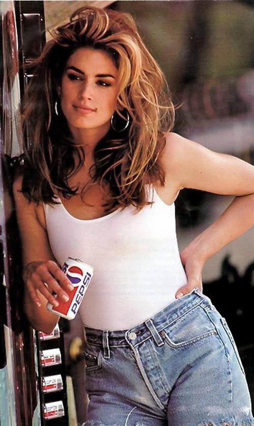 Hình ảnh ấn tượng của Cindy Crawford trong chiến dịch quảng cáo của Pepsi những năm 1990, với tank top trắng và quần jeans.