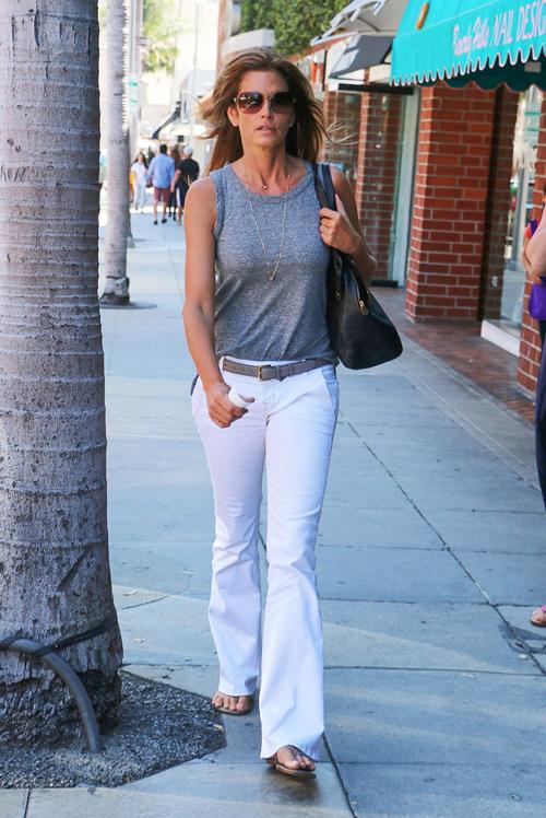Cô chọn cả jeans trắng kết hợp với các trang phục tông màu tối.