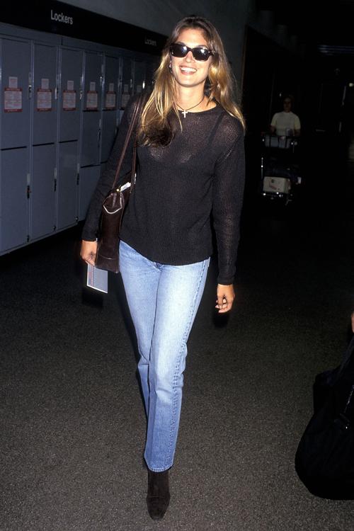 Cindy tươi tắn và năng động với quần jeans kết hợp cùng len mỏng.