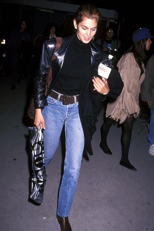 Chân dài kết hợp cả jeans với áo len và khoác da.