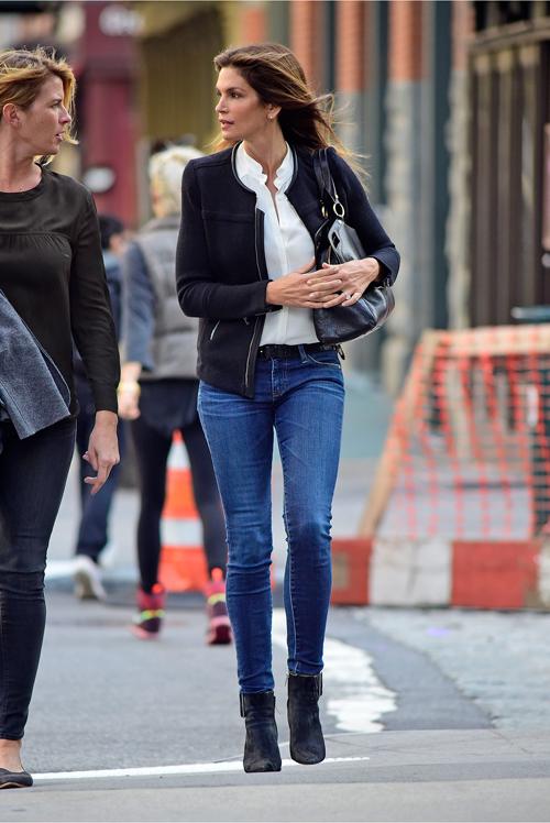Cô cũng mang phong cách thanh lịch với quần jeans và sơ-mi trắng.