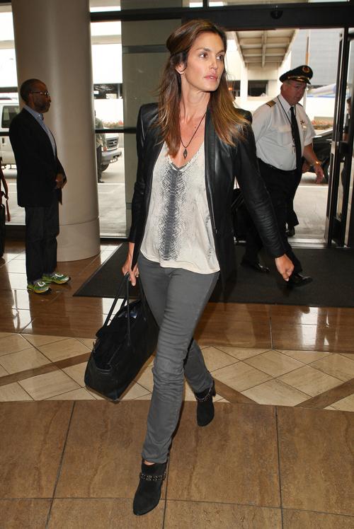 Không chỉ ưa chuộng jeans xanh, Cindy còn lựa chọn cả jeans màu tối.