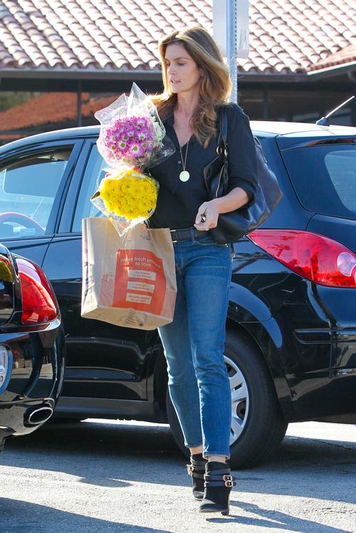 Dù đã ở tuổi 49, người đẹp này vẫn lựa chọn đồ denim, đặc biệt là quần jeans để tạo nên phong cách đường phố đặc trưng cho mình.