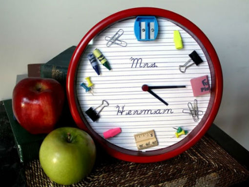 Tạo điểm nhấn cho chiếc đồng hồ treo tường bằng những vật dụng học tập thông thường