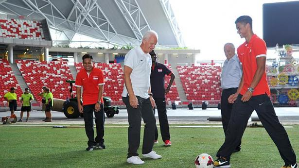 Mặt sân cỏ mới được quảng cáo rất đặc biệt, phục vụ tốt cho các trận đấu tại môn bóng đá nam.
