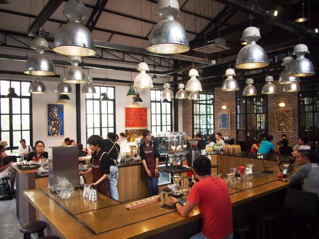 Tại các quán cà phê ở TP.HCM, bạn sẽ được phục vụ tận tình.