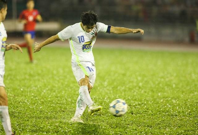 Công Phương là vua phá lưới đồng thời nhận danh hiệu Cầu thủ hay nhất giải. Ảnh: Thanh Niên.