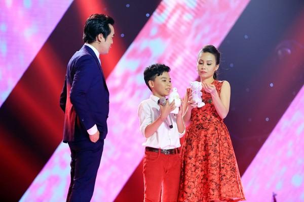 HLV Dương Khắc Linh và HLV Cẩm Ly đọ quà trên sân khấu