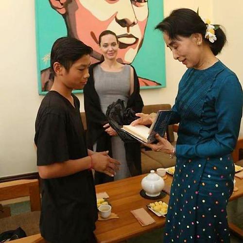 Pax Thiên và bà Aung San Suu Kyi. (Ảnh: The Jolie-Pitt Family Forumotion)