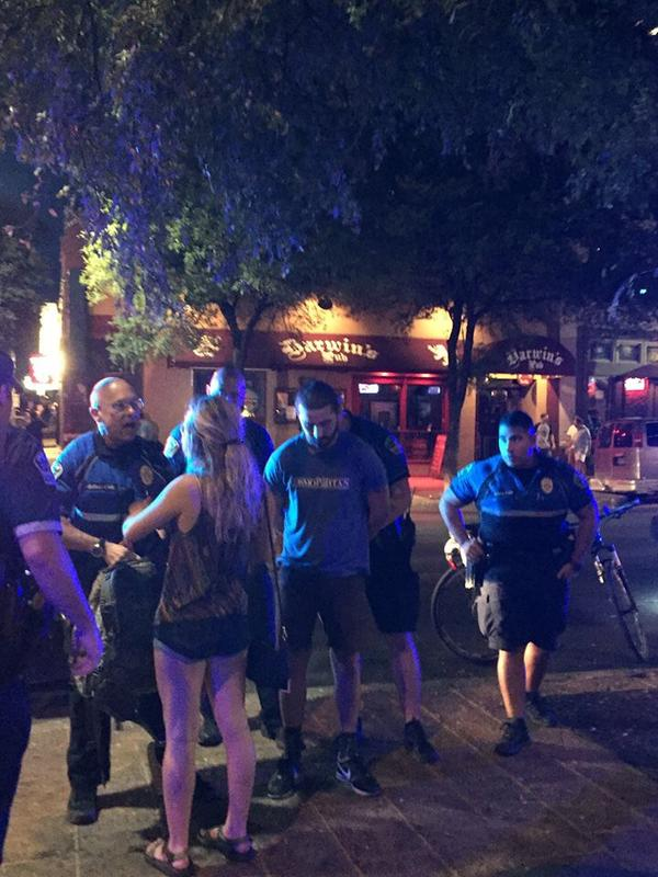 Hình ảnh Shia Labeouf bị cảnh sát còng tay đang lan truyền với tốc độ chóng mặt trên internet (Ảnh: Kelsie Nugent/Twitter)