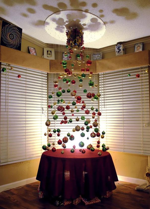 Cây thông tàng hình từ vật treo Giáng sinh trang trí