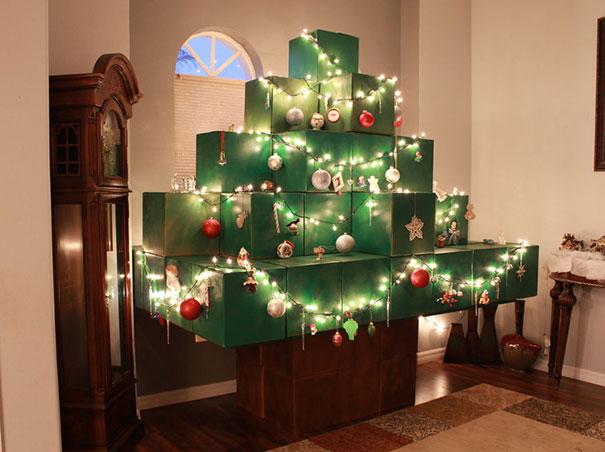 Cây thông được tạo hình từ những hộp quà