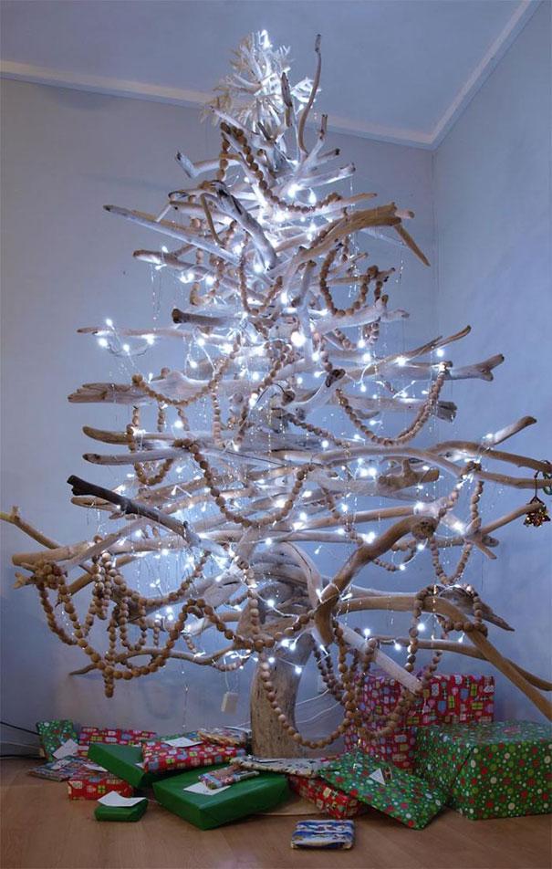 Những cành củi khô cũng có thể được sắp xếp thành cây thông Noel siêu độc