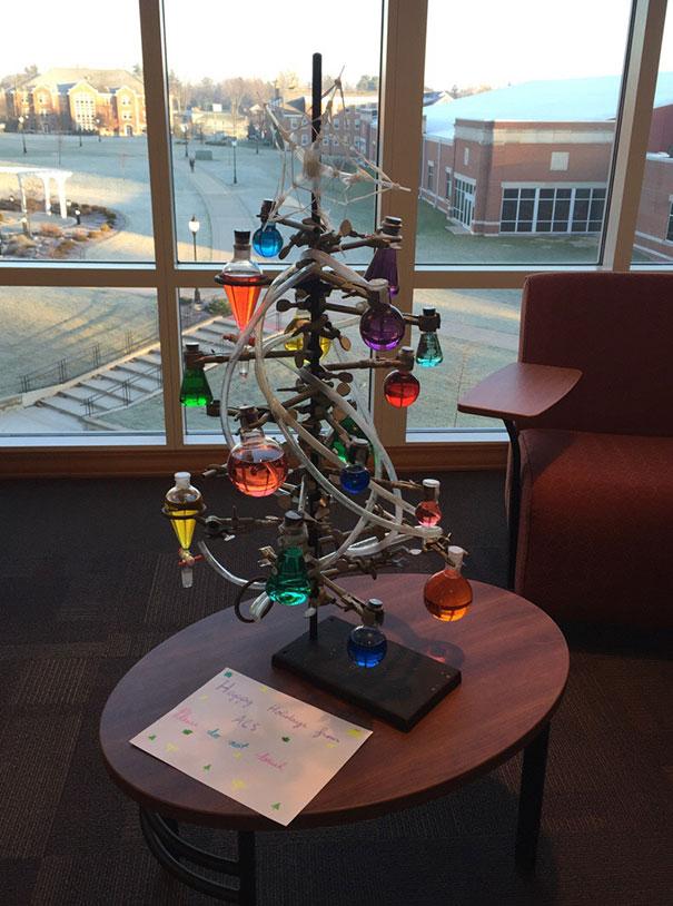 Cây thông Noel từ những vật dụng thí nghiệm
