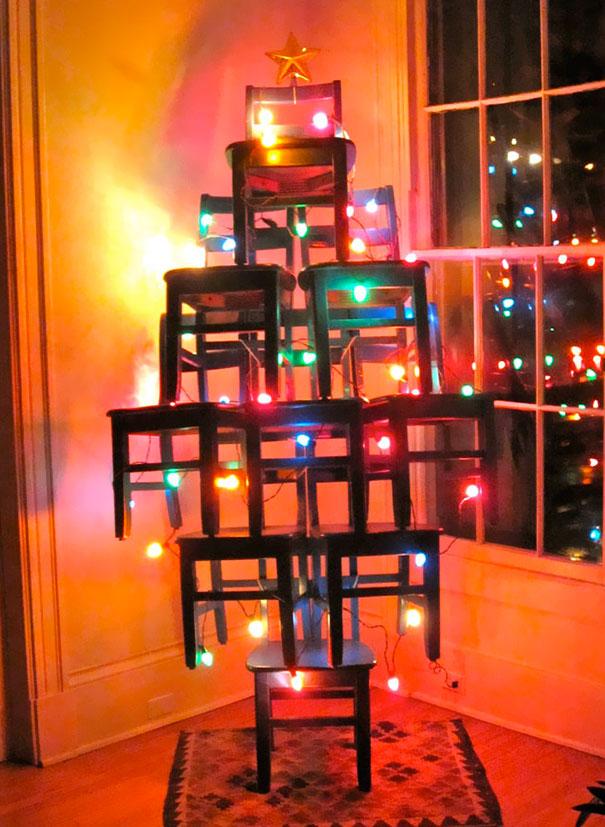 Nghệ thuật tạo hình cây thông Noel từ... những chiếc ghế