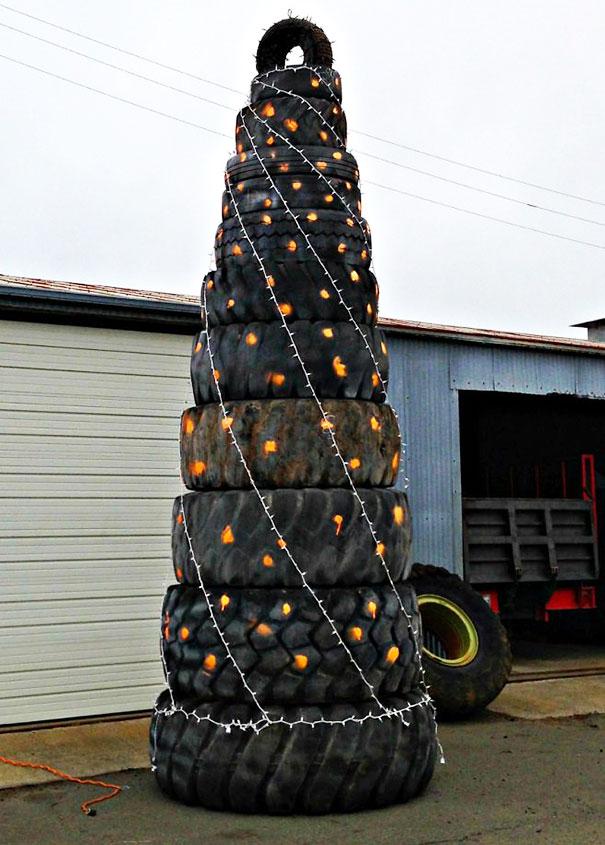 Lốp xe cũng có thể trở thành vật dụng xếp thành cây thông Noel