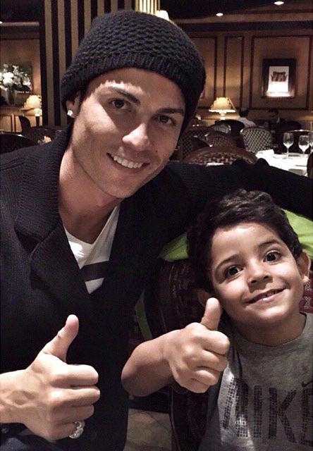 Cristiano Ronaldo và con trai Cristiano Jr. (Ảnh: Hello Mag)