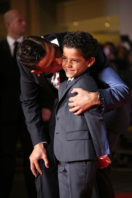 Cristiano và con trai tại buổi lễ ra mắt bộ phim tài liệu về cuộc đời anh. (Ảnh: Joel Ryan/AP)