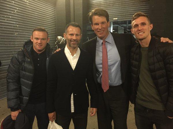 Đi xem đấu vật cùng Rooney còn có trợ lý HLV Ryan Giggs và người đồng đội cũ Darren Fletcher
