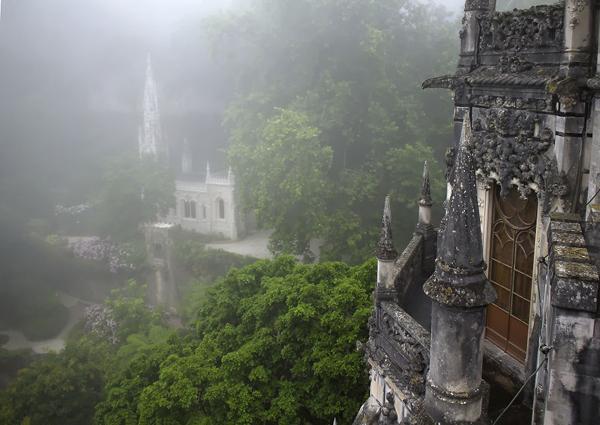 Do nằm ở vị trí núi đồi nên nơi này thường được làn sương dày phủ quanh, càng tôn vẻ huyền ảo cho cung điện.