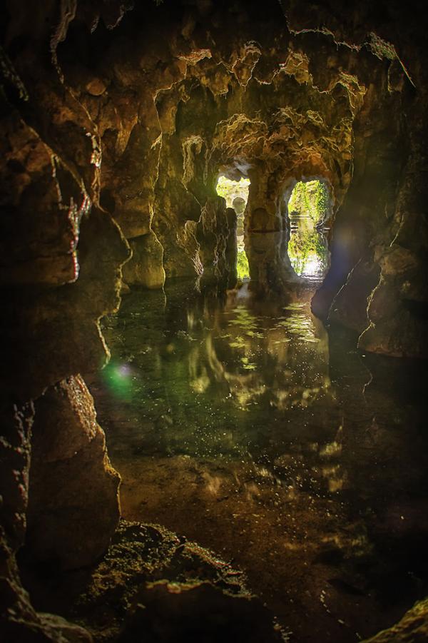 Con đường này vừa tối vừa lạ lẫm trông như một hang động .