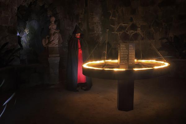 Một căn phòng nằm trong hệ thống đường ngầm của cung điện, để thực hiện các nghi thức thần bí của Thiên Chúa giáo.