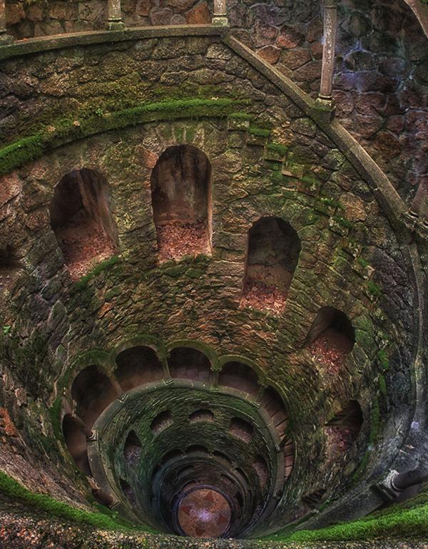 Những bậc cầu thang dài nằm trong khoảng không gian sâu hút của tòa tháp cung điện.