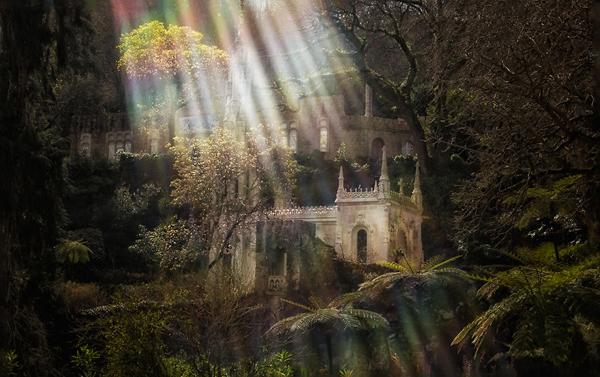 Cung điện Regaleira dưới ánh nắng càng trở nên lộng lẫy hơn.
