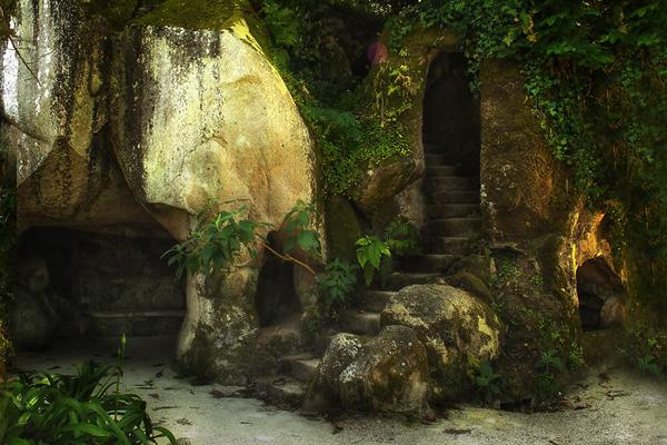 Một đường đi bí mật dẫn ra khỏi cung điện.
