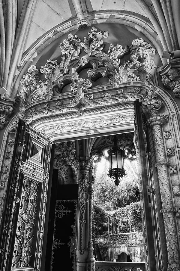Một hình ảnh đen trắng ở Reigaleira được nhiếp ảnh gia Taylor ghi lại, làm nổi bật các đường nét kiến trúc.