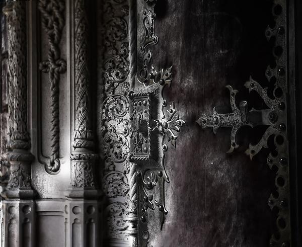 Những chi tiết trên các cánh cửa, cột trụ đều rất tỉ mỉ, tinh xảo.