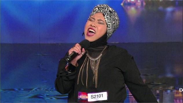 """Cô Dee """"khổng lồ"""" đến từ Singapore nhận được 4 dấu X đến từ các giám khảo ngay khi bắt đầu biểu diễn"""