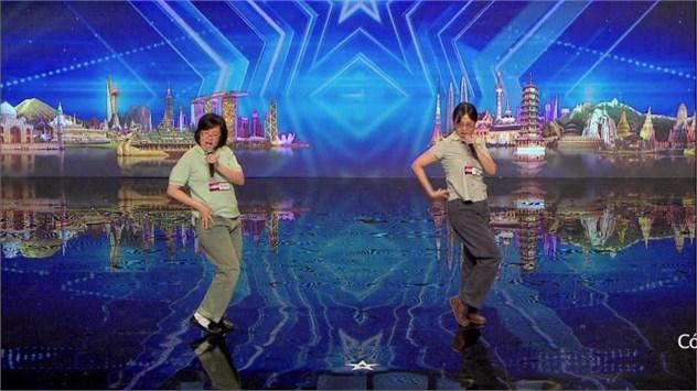 2 chị em Double Sisters (Ấn Độ) với màn hát và nhảy gợi cảm tạo nhiều bất ngờ cho các giám khảo và khán giả