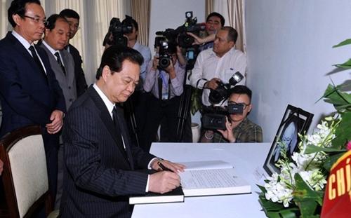 Thủ tướng Việt Nam Nguyễn Tấn Dũng ghi sổ tang tại Đại sứ quán Singapore tại Hà Nội, chia buồn về mất mát của nước bạn. (Ảnh: AFP)