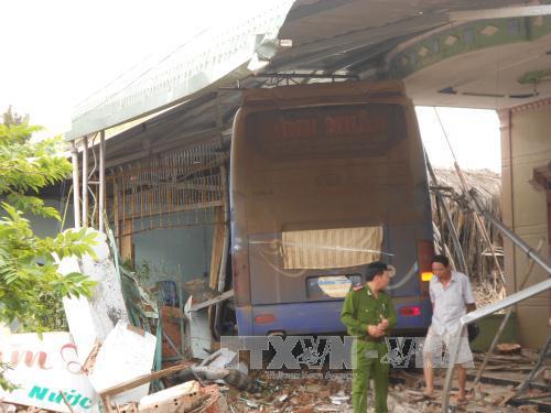 Nhà bị nát vụn do bị xe khách đâm trúng.