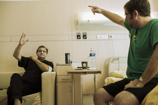 Matthew và Daniel trong cuộc hội ngộ tại bệnh viện. (Ảnh: Le Monde)