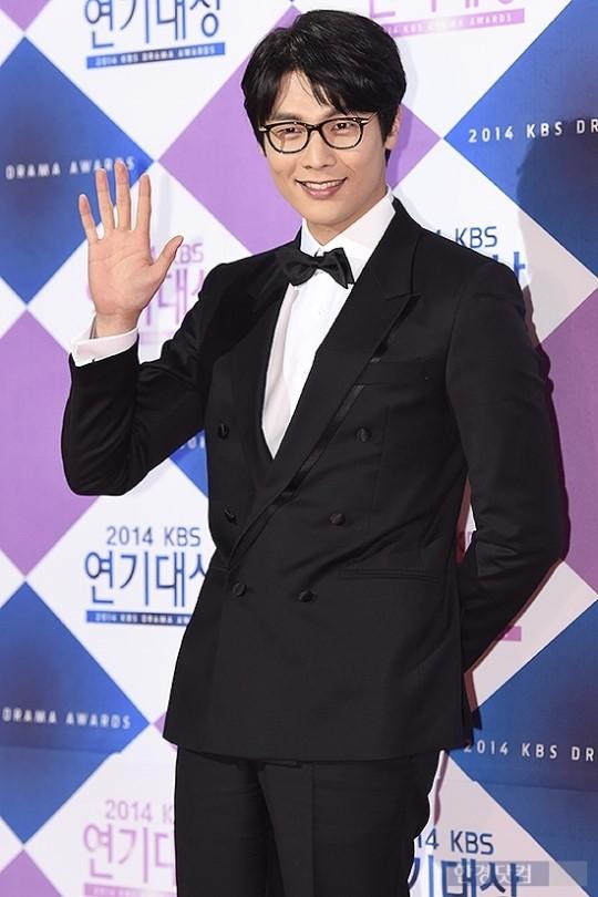 Áo vest đen khiến Daniel Choi trông già hơn vẻ ngoài của mình.