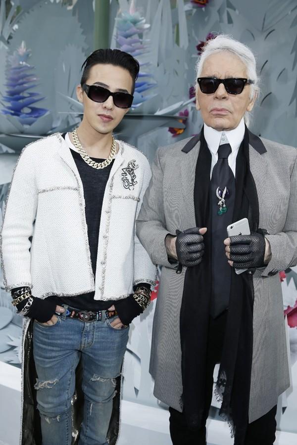 Chàng ca sĩ G-Dragon đình đám của Big Bang liên tục được mời đến show diễn Chanel. Bên cạnh anh chàng chính là giám đốc sáng tạo của Chanel, NTKKarl Lagerfeld.