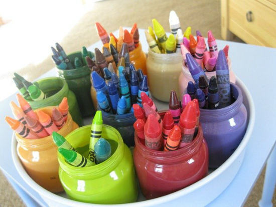 Hoặc tái chế thành giá đựng bút màu.