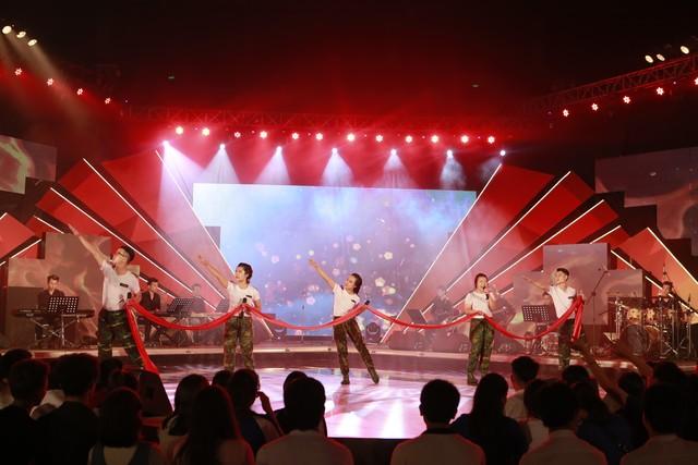 Đại học Duy Tân có đội hình đồng đều nhất trong số các đội chơi miền Trung với 3 thành viên nam (Chính Nghĩa, Văn Thắng, Hữu Đức), 3 thành viên nữ ( Thiên Thanh, Ngọc Ánh, Xuân Ly).