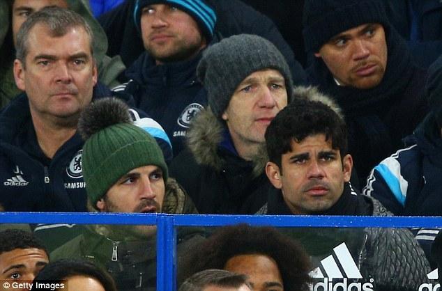 Costa (phía dưới, bên phải) vắng mặt trong trận đại chiến với Man City cuối tuần qua.