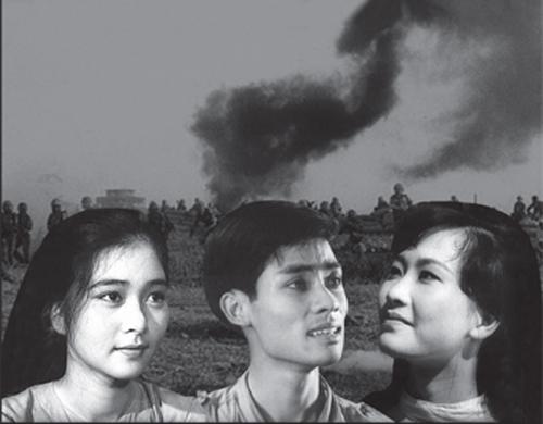 Nam diễn viên Lê Dũng Nhi (giữa) có vai chính đầu tiên trong phim Bài ca ra trận.