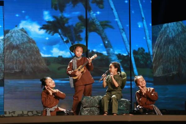 Diệp Nhi trình diễn tự nhiên và tươi tắn trên sân khấu.