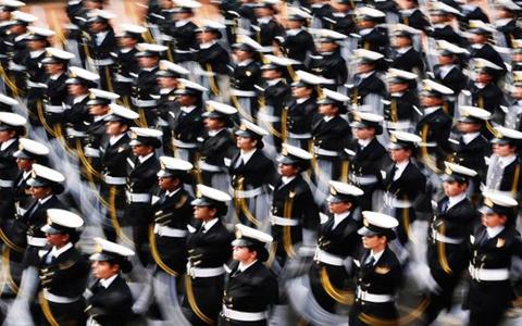 Lần đầu tiên nữ binh sĩ thuộc quân đội Ấn Độ tham gia diễu hành. (Ảnh: Reuters)