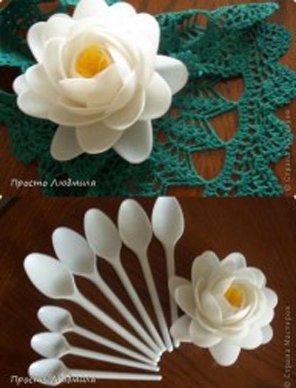 Khéo tay hơn, bạn còn có thể dùng thìa để làm nên một bông sen trang trí nhỏ xinh.