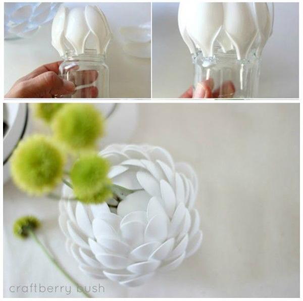 Điểm xuyết cho chiếc lọ không dùng đến bằng thìa để làm thành lọ hoa.